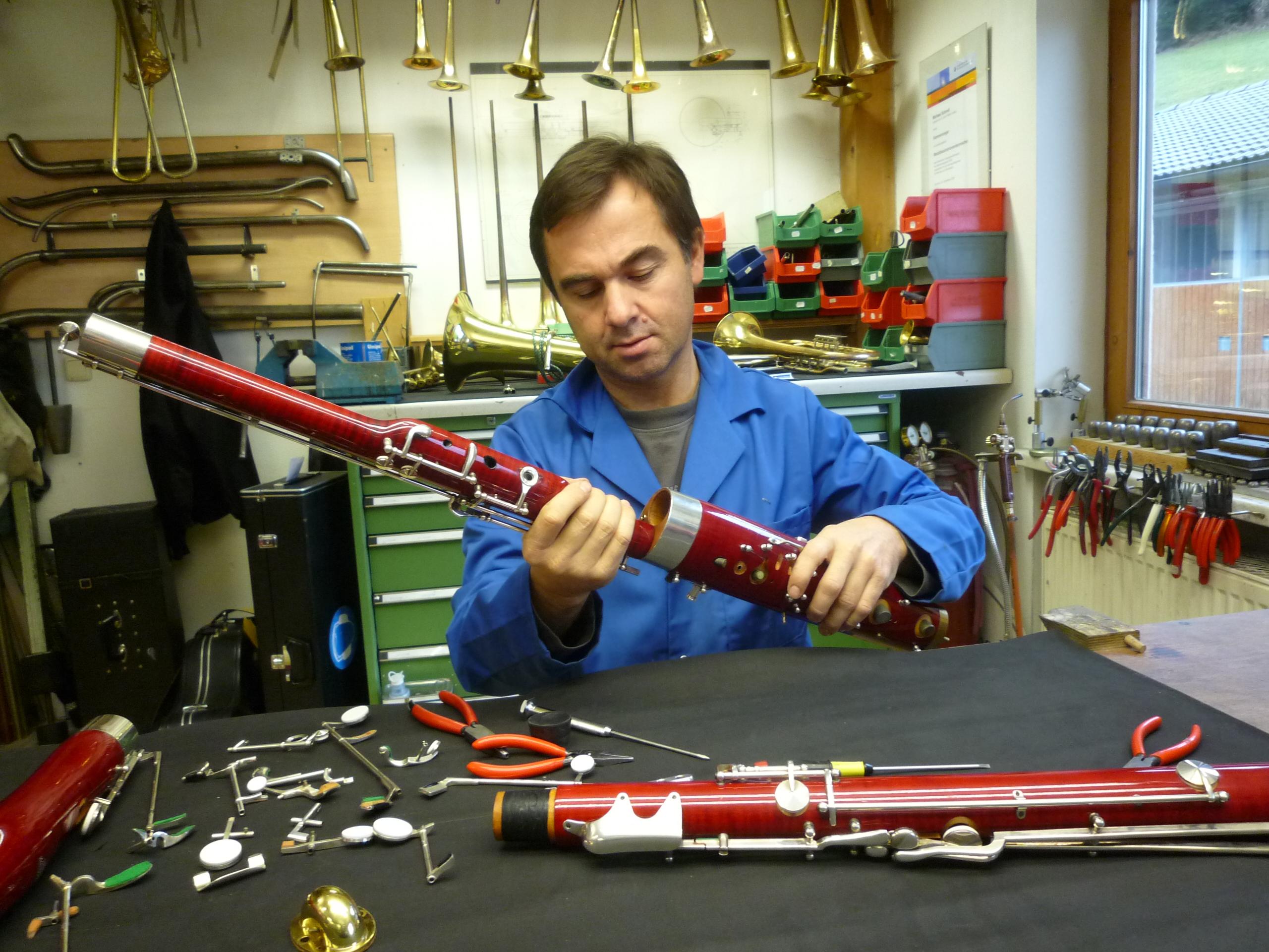 Toni LienbacherBetriebsinhaber, zuständig für alle anfallenden Arbeiten in der Werkstatt, ob kleine Reparaturen, Generalüberholungen, Instrumentenbau, Verkauf , ......jeder Vorfall geht durch seine Hände