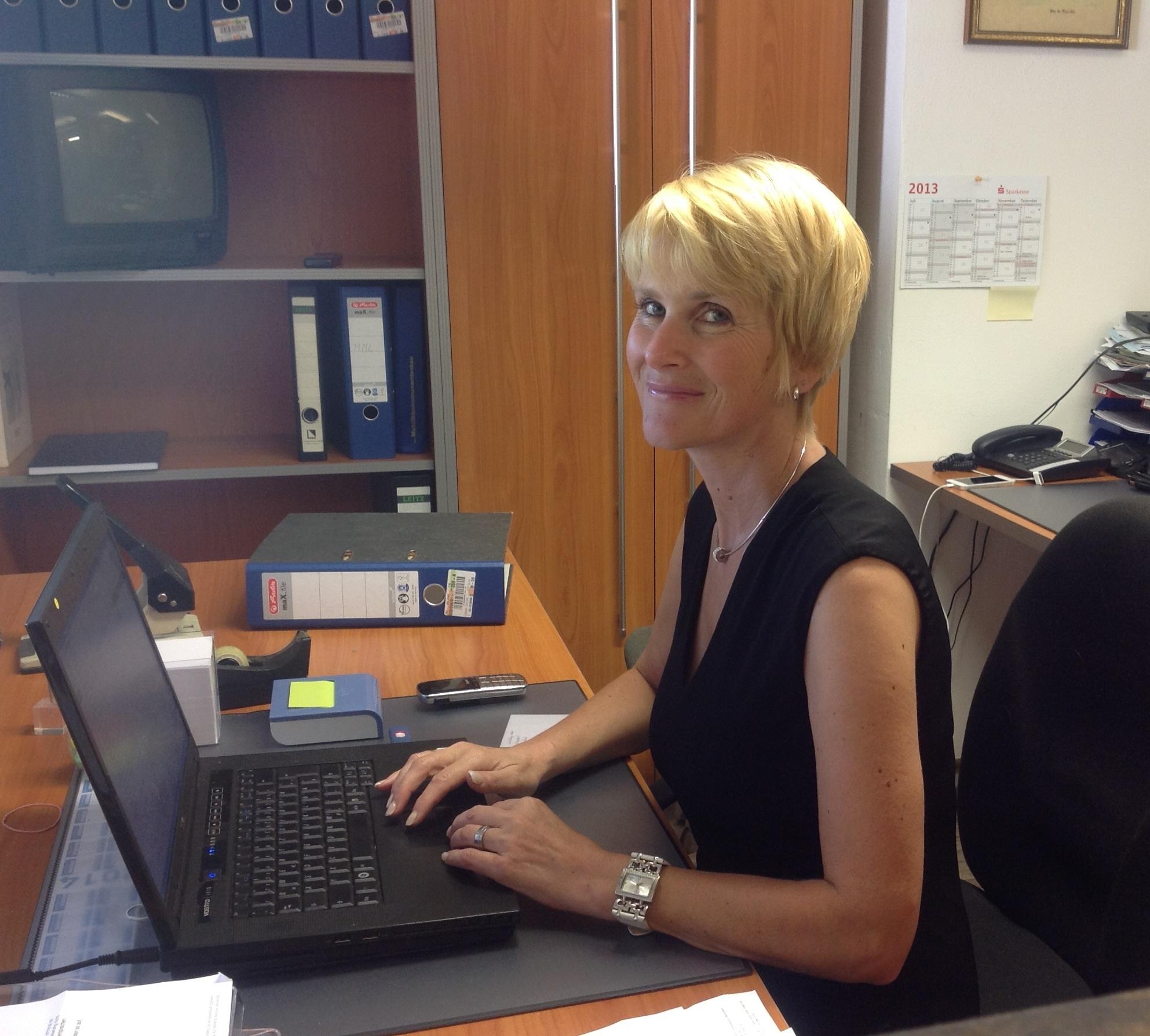 Ingrid Lienbachersie macht das Büro, Verkauf, Internet, Facebook, Erledigungen, ....... einfach für Alles
