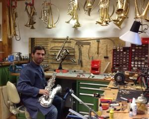 Stefan Lienbacherhilft in seiner Studienfreien Zeit in der Werkstatt. Alte Saxophone zu restaurieren, interessiert ihn als Saxophonisten besonders